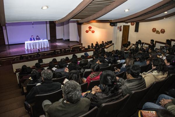 Conferencia en el Auditorio del Palacio de Comunicaciones de La Paz, Bolivia.