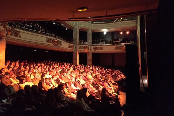 """""""Para ser feliz es imprescindible resolver lo que hace sufrir"""". Un momento de la conferencia en el Círculo de Bellas Artes de Madrid, al que asistieron más de 500 personas."""