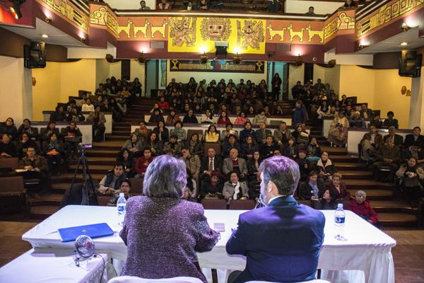 Antes de iniciar la conferencia en el Auditorio del Palacio de Comunicaciones de La Paz, Bolivia