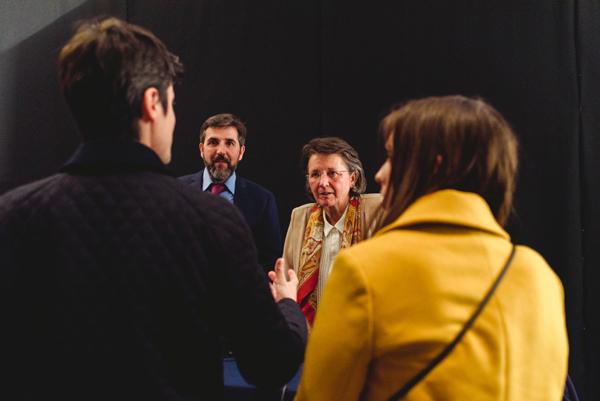 Atendiendo una consulta al final de la conferencia, en Buenos Aires, Argentina.
