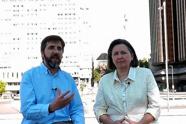 En la Plaza de Colón de Madrid (España), grabando un episodio de Sabiduría para Vivir